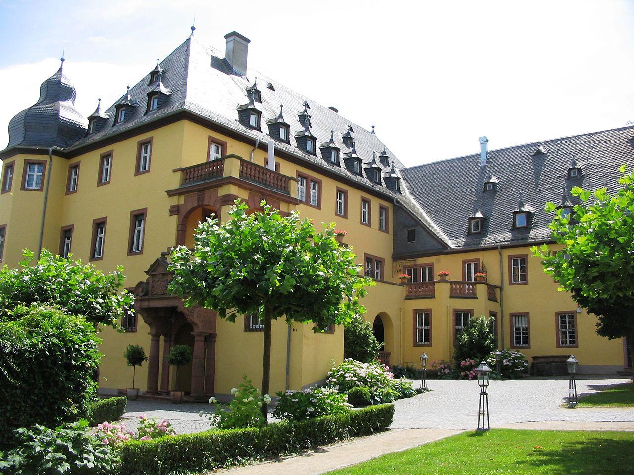 1280px-SchlossVollradsWinkelHauptbauSchlosshof